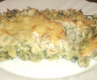Baked penne in white sauce with spinach and mushrooms