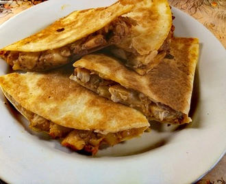 Fried tortilla bread with chicken stuffing (quesadilla) - recipe