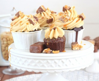 Pinterest made me do it: Snickers Cupcakes