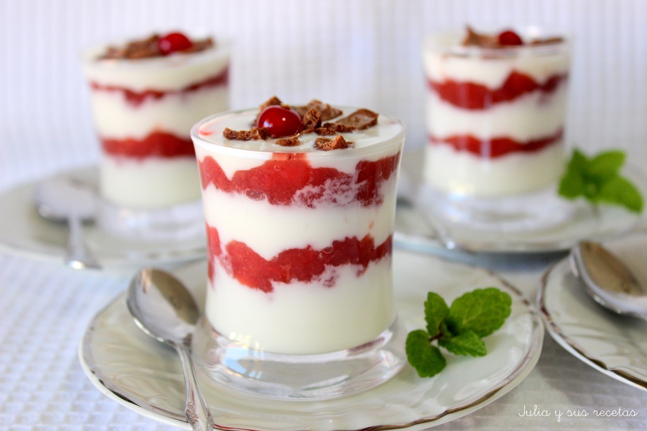 Vasitos de yogur con mermelada de fresas light