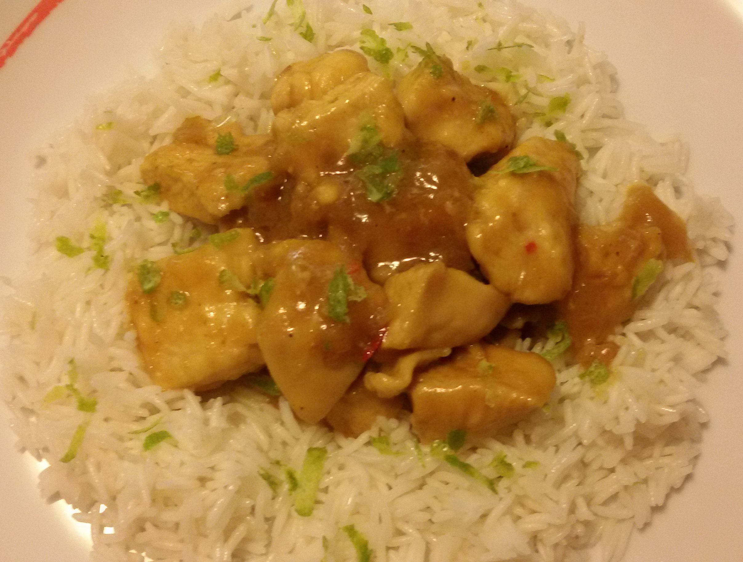 Pollo al curry, lime e latte di cocco con riso basmati