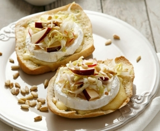 Crostini met camembert, witloof en appel