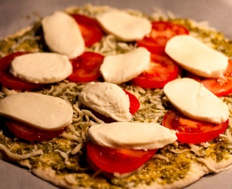 Pizza m. Pesto, tomat og Mozzarella