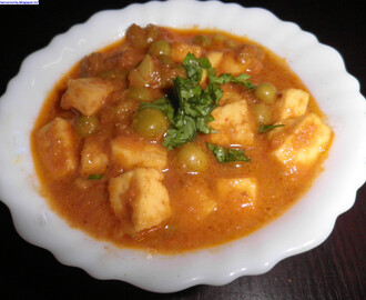 Matar Paneer (Green Peas And Cottage Cheese Gravy)