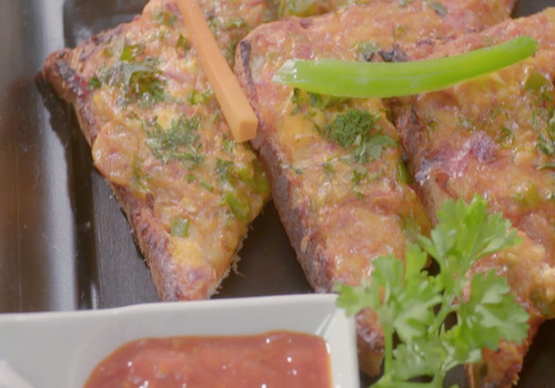 Chilli Paneer Cheese Toast                                             http://www.chingssecret.com/recipe/chilli-paneer-cheese-toast-by-harpal