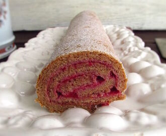 Cinnamon roll cake filled with strawberry cream | Food From Portugal