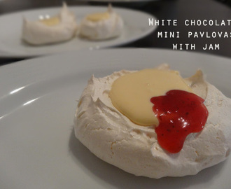 White Chocolate Mini-Pavlovas with Jam // Mini-Pavlovas com Chocolate Branco e Compota