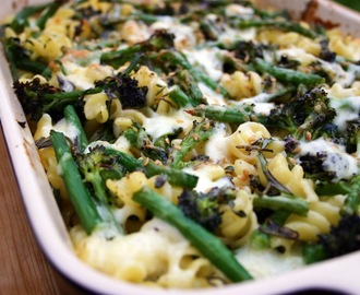 cheesy pasta bake with broccoli, green beans and linseed