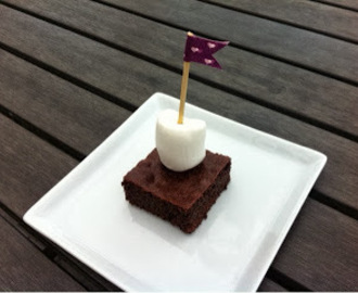 Brownie pyntet med flag og marsmallows