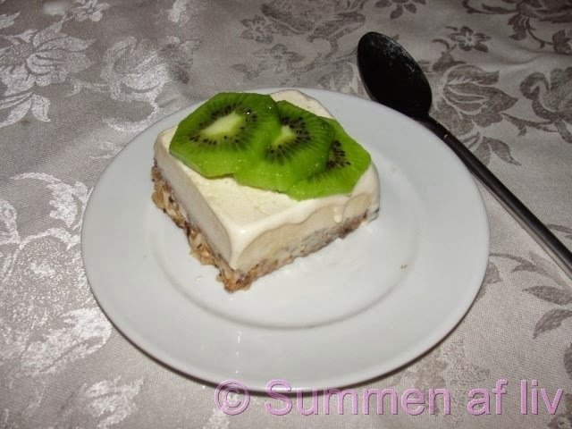 Daim is med nøddebund og kiwi - Ice cream, nut/caramel crust and kiwifruit