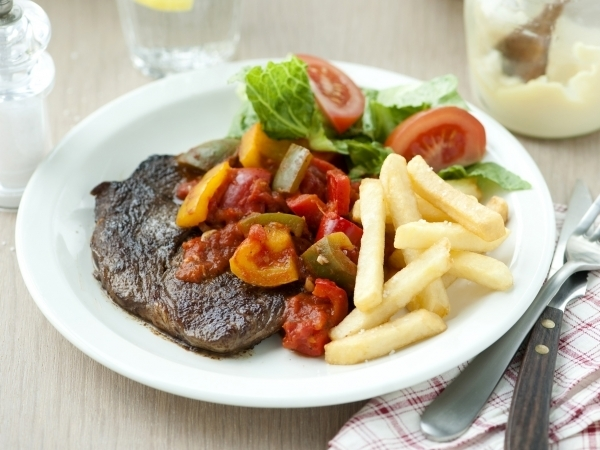 Steak met Provençaalse saus en frietjes