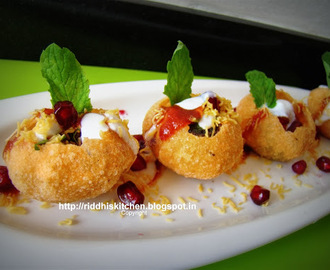 Dahi Batata Puri ( puffed puris stuffed with potatoes ,sprouts and chutneys)