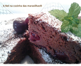 Bolo húmido de chocolate, amêndoa, cerejas e ginginha