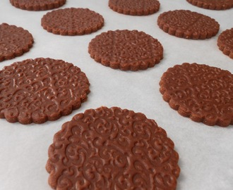 Galletas grabadas, de chocolate y almendras
