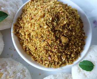 Idli Dosai Podi/Poondu Karuveppilai Podi/Spice Chutney Powder with Garlic and Curry leaves
