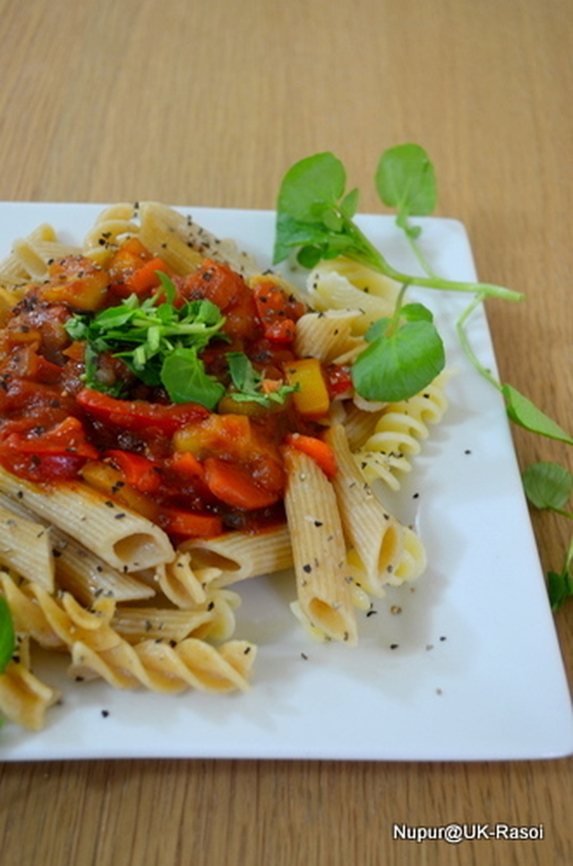 Pasta in Roasted garlic Vegetable Sauce : topped with Rocket