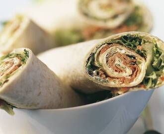 Tor­til­la­wraps met ros­bief en zu­re room