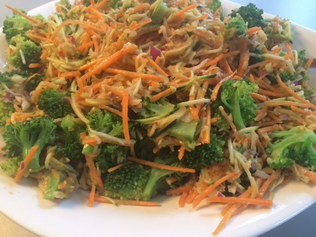 Broccolisalat med sund, spicy og cremet dressing