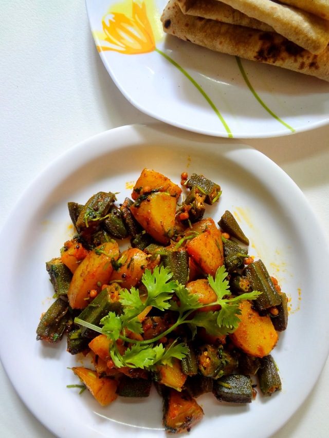 Aaloo Bhindi ki sabzi    ( Okras stir fried with potatoes and spices )