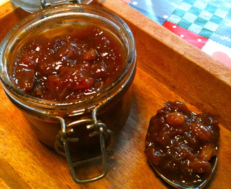 Tomato, apple and sultana chutney