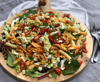 friet met pulled chicken en chilisaus