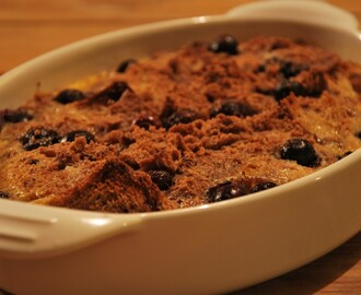 'Bread and butter pudding' met blauwe bessen en speculaas