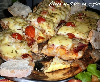 Pizza no pão de atum, bacon e tomate cherry