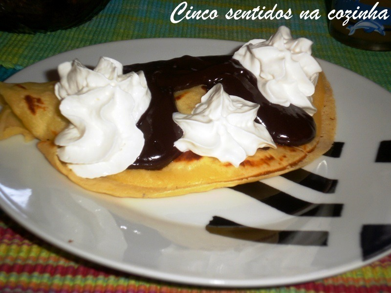 Crepes caseiros com morangos, chocolate e chantily