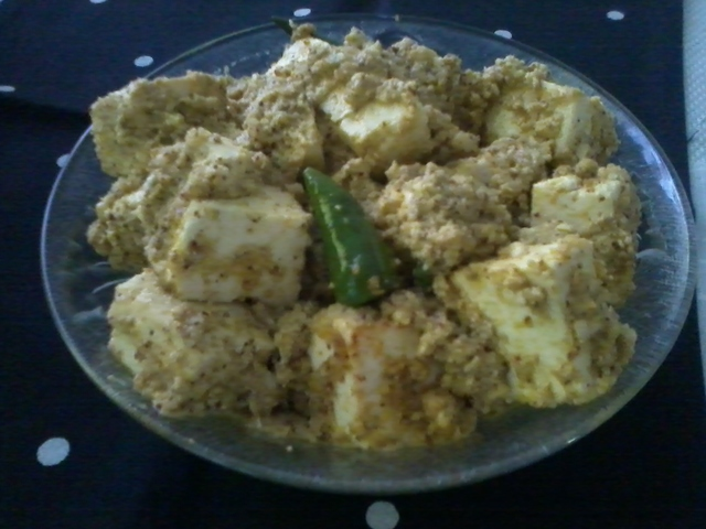 Paneer Bhape/Steamed Cottage Cheese In Mustard-Poppy Seed Gravy And Happy