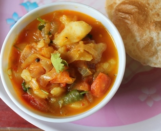 Simple Potato Tomato Curry / Aloo Tomato Gravy - Side Dish for Poori, Chapati & Battura