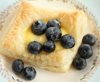 Vanilla cream and blueberries with puff pastry