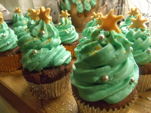 Feelin' Festive: Cupcakes that look like Christmas trees, if you really, really squint...