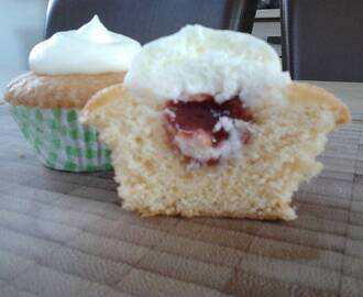 Cupcake′s met clotted cream en jam