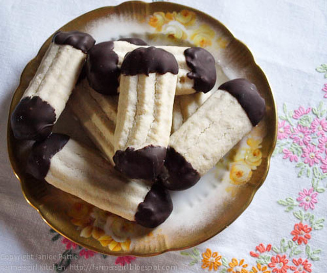 Chocolate Dipped Viennese Fingers - a Retro Cakes review