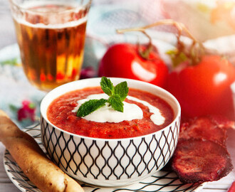 Gazpacho med baconchips och grissini