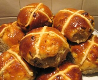Easter hot cross buns... recipe by Paul Hollywood...