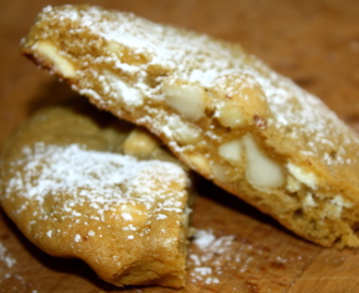 Cookies with white chocolate and macadamia nuts