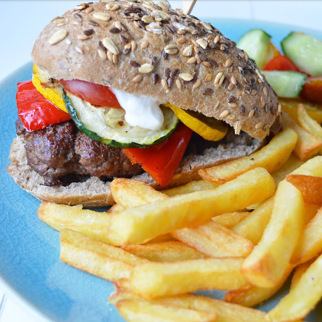 Burger met grilled veggies