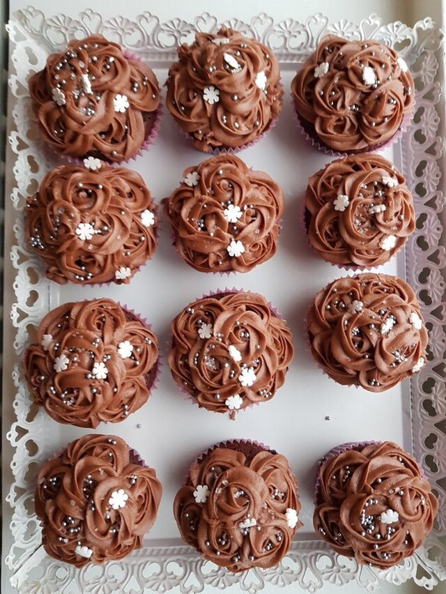 choklad cupcakes med hasselnötsfrosting.