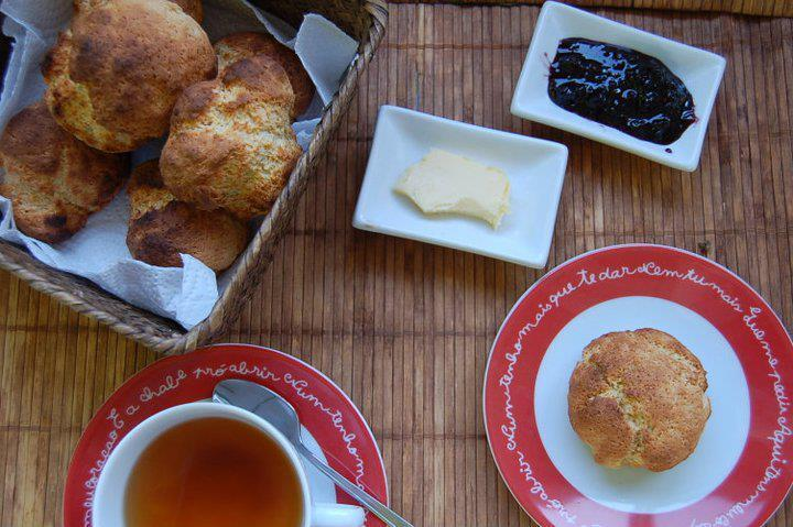 Pequenos-almoços: Scones, compota de amora e chá • Breakfast: Scones,raspberry jam and tea