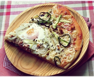 Pizza vegetal con salmón y dos huevos. La masa de pizza ideal.