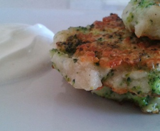 TORTITAS DE BROCOLI Y QUESO CON SALSA DE YOGURT