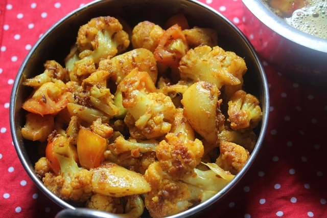 Aloo Gobi Recipe / Dry Aloo Gobi Recipe / Aloo Gobi Fry Recipe - Side Dish for Rice