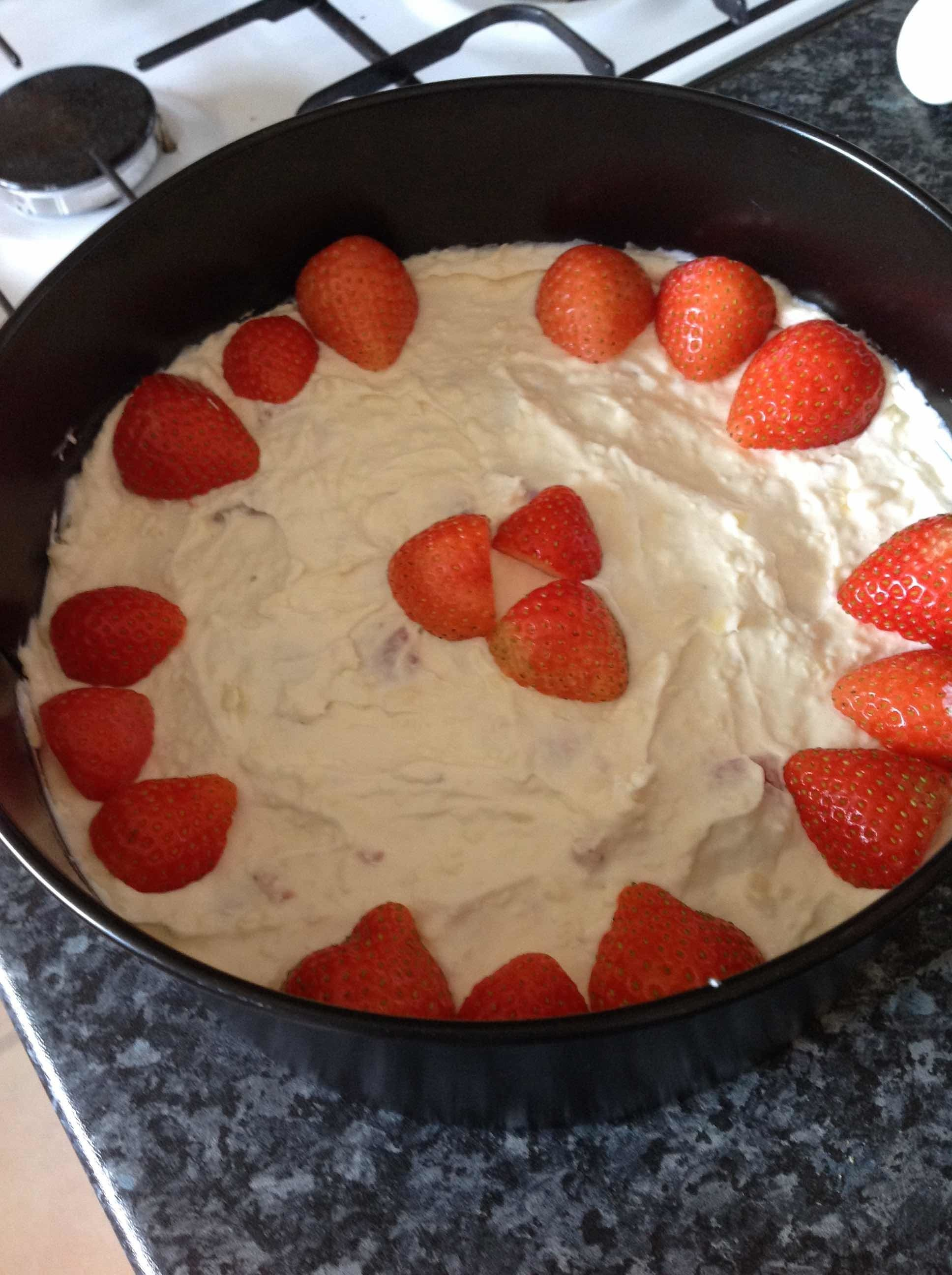 Easy No-bake White Chocolate and Strawberry Cheesecake