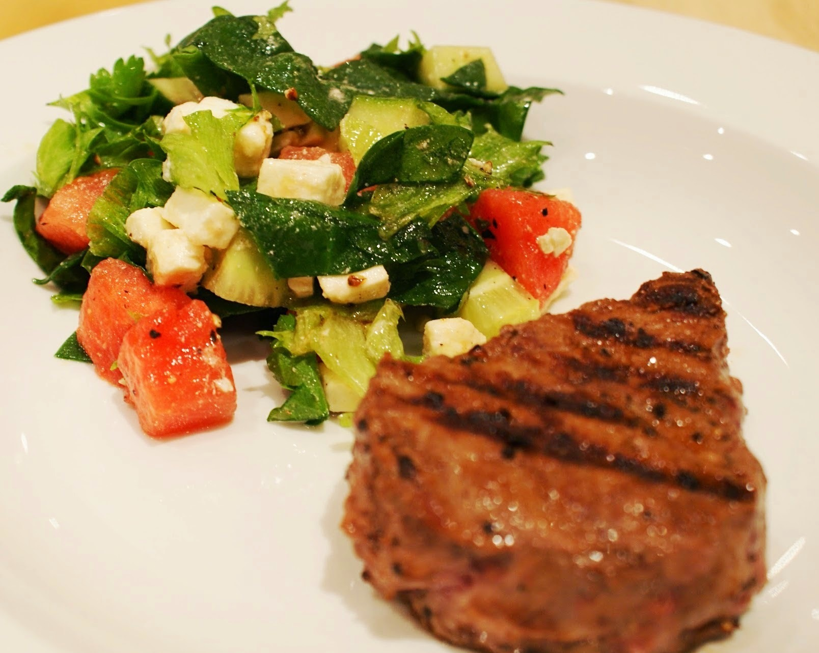 Steak med salat på vandmelon og feta