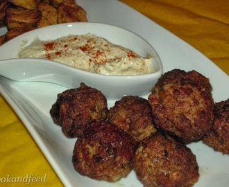 Lamb Meatballs with Potatoes and Spicy Yogurt Sauce/Αρνίσια Κεφτεδάκια με Πατάτες και Πικάντικο Γιαούρτι
