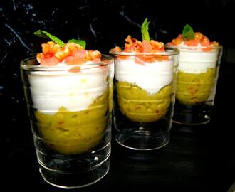 Vasitos de guacamole, queso fresco y salmon ahumado