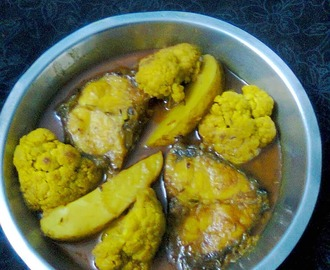 Rohu Fish With Potato And Cauliflower/Rui Mach With Phulkopi