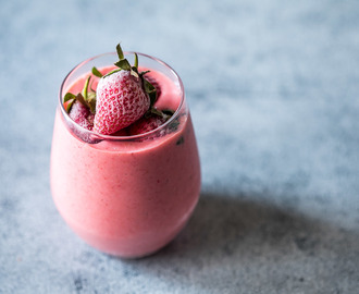 Frozen Strawberry Greek Yogurt Smoothie (10 minute Breakfast)