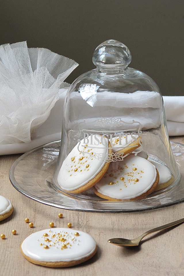 Galletas de mantequilla decoradas con glasa y oro dulce.